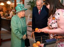 Queen learns to use self-service checkout